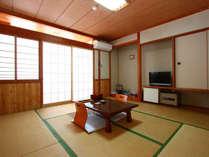【専用露天付和室】ゆったりとした空間で寛いで頂ける「和室」に専用露天風呂が付いております。