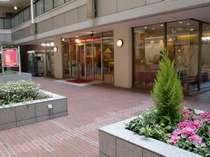 ホテルフロント入口。スタッフ一同皆様をあたたかくお迎え致します。