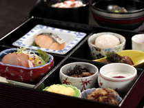 朝食はふっくらとした食感の焼き魚や薬膳粥など、身体に優しい品々。