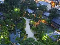 夕方の回遊式庭園。幽玄な世界をお楽しみください。