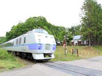 *目の前を電車が通る。鉄道ファンにはたまらないロケーションです!