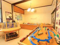 *お子様のプレイルームには大人も懐かしいプラレールをご用意しております。