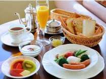 お目覚めの朝食メニューは、フルーツや身体に優しい温野菜たつぷり、ボリュームもたっぷり