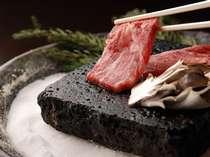 【夕食】「五感で味わう一品です!」目の前で、じゅ~っと音を立てて焼きあげる和牛溶岩焼き