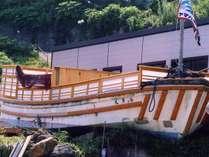 この船の中が露天風呂です。船首と船尾で別れて、男湯と女湯になっています。一晩中入れます。