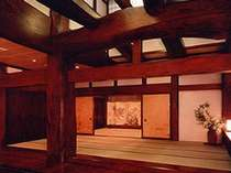 樹齢500年の欅の大木合掌玄関がお客様をお迎えいたします