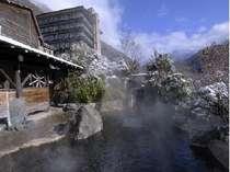 穂高荘山月と露天風呂「秀綱の湯」。掛け流しの温泉は「美人の湯」と呼ばれ、お肌つるつる♪