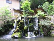 ロビー横のラウンジ「滝見亭」より中庭を眺めて