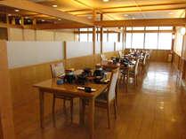 【食事処】明るく広々としたレストランで、ゆったりと旬の会席料理をお楽しみください