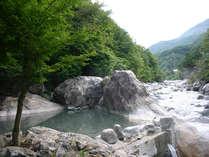 有名な渓流沿いの野趣あふれる公共露天風呂「新穂高の湯」