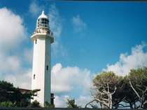 白浜のシンボルである白亜の灯台までは車で5分。