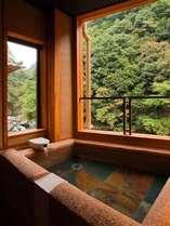 新築のお部屋に添う、半露天風呂。贅沢の一言です