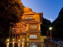 新装の玄関。日本中の有名旅館を手がけた和の匠「松葉啓」設計。大阪地区初お目見え。