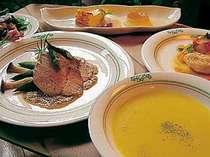 夕食はデザート3点盛りも付く洋食コース料理