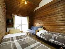 カントリーな感じ 天井が高くベランダも付いたお部屋です。
