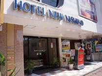 ホテルニューニシノ正面玄関。銀座通り沿いで、周辺には飲食店が立ち並んでます♪