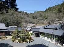 山々に囲まれた平屋造りの料理旅館
