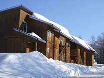 *雪景色に佇むコテージ風ロッジ。自由な滞在スタイルで楽しい冬の思い出の旅へ♪
