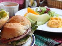 B&Bの朝食は焼きたてのソフトフランスパンであったかサンドウィッチなどをお部屋にお持ちします。