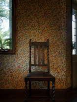 英国のカントリー雑誌に出てきそう♪壁紙とアンティーク椅子。