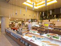 【夕食】レストランフェリシェ。季節の彩り豊かなメニューも含めて全80品ご用意しております。