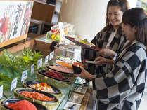 【朝食】海鮮丼の具も多くて、朝からモリモリご飯がすすみますねっ!