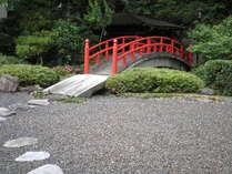 中庭の太鼓橋