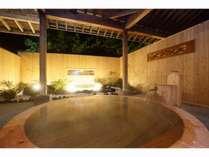 2019年にリニューアルした、総檜の露天風呂です。