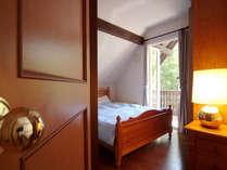 2階ダブルベッドの部屋(その他にツイン、シングルの2部屋)。プライベートの守られたお部屋です.