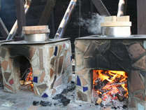 <今月の季節の釜飯は、薪とカシワの葉で炊いた栗ご飯>(一例)