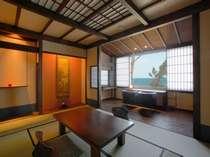 恋語りプラン指定の客室。窓いっぱいに広がる伊勢湾を望める和モダンな造り。