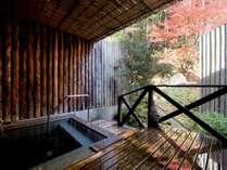 大浴場、露天風呂からは紅葉と掛け流しの温泉を満喫