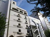 名古屋の中心地下鉄「東山線」の「栄(さかえ)」駅で下車。1番出口より徒歩3分の好立地。