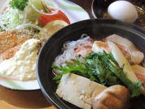 *【お食事一例】すき焼き&サーモンフライ。ボリューム満点のお食事をご用意!