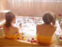 源泉掛け流しの貸切露天風呂に薔薇を浮かべてお楽しみ下さい