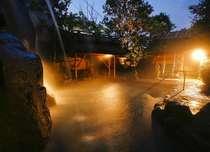早朝、静寂に包まれた露天風呂