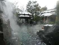 冬、雪景色の滝の露天風呂、風情豊かな温泉をお楽しみ下さい。