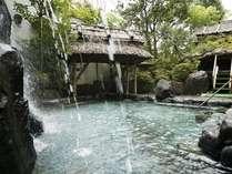 情緒豊かな庭園露天風呂には滝が流れています。