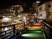 ライトアップされた温泉街。湯けむり上がる情緒たっぷりの街をご散策ください。