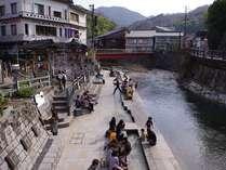 湯村温泉の中心春来川沿い、源泉「荒湯」から溢れたお湯で足湯をお楽しみください。