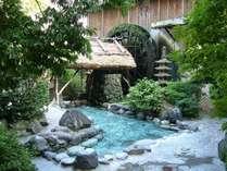 露天風呂の夏の風景。緑に囲まれて解放感抜群。