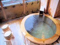 特別室『瑠璃』 丸型の総ひのき風呂。温泉かけ流しです。