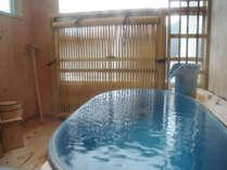 客室名に合わせたお色、陶器製の温泉露天風呂です。