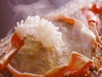 『蟹の炭火焼』は、炭火で焼くことで香ばしさが増します。ぷっくりと脚身が膨らんだら食べごろです。