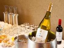 お風呂上り・夕食の後にロビーにてフリードリンクをどうぞ。ワイン・珈琲・ジュースをご用意♪