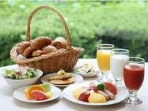 明るい店内でご朝食(和洋食バイキング)はいかがですか?