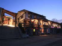 ゾンタックの夕景です。菅平高原の夜に特徴的な外観が浮かび上がります