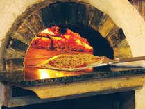 手造りの窯焼きピザ体験♪トッピングは自分好みにどうぞ。