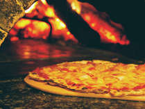手作りピザは350度の石窯で焼き上げます。焼き立てのピザは格別!