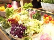 【朝食】シェフ厳選の野菜を楽しむ野菜BAR。お好きな野菜とソースを組み合わせてオリジナルサラダを。